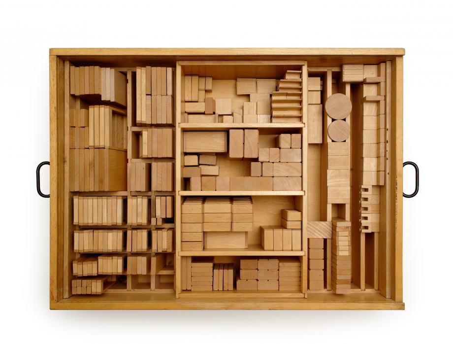 Sammlungsobjekt Modellbaukasten der Berliner Wohnberatungsstelle, 1960er Jahre, hölzerne Box mit zahlreichen Bauklötzen darin