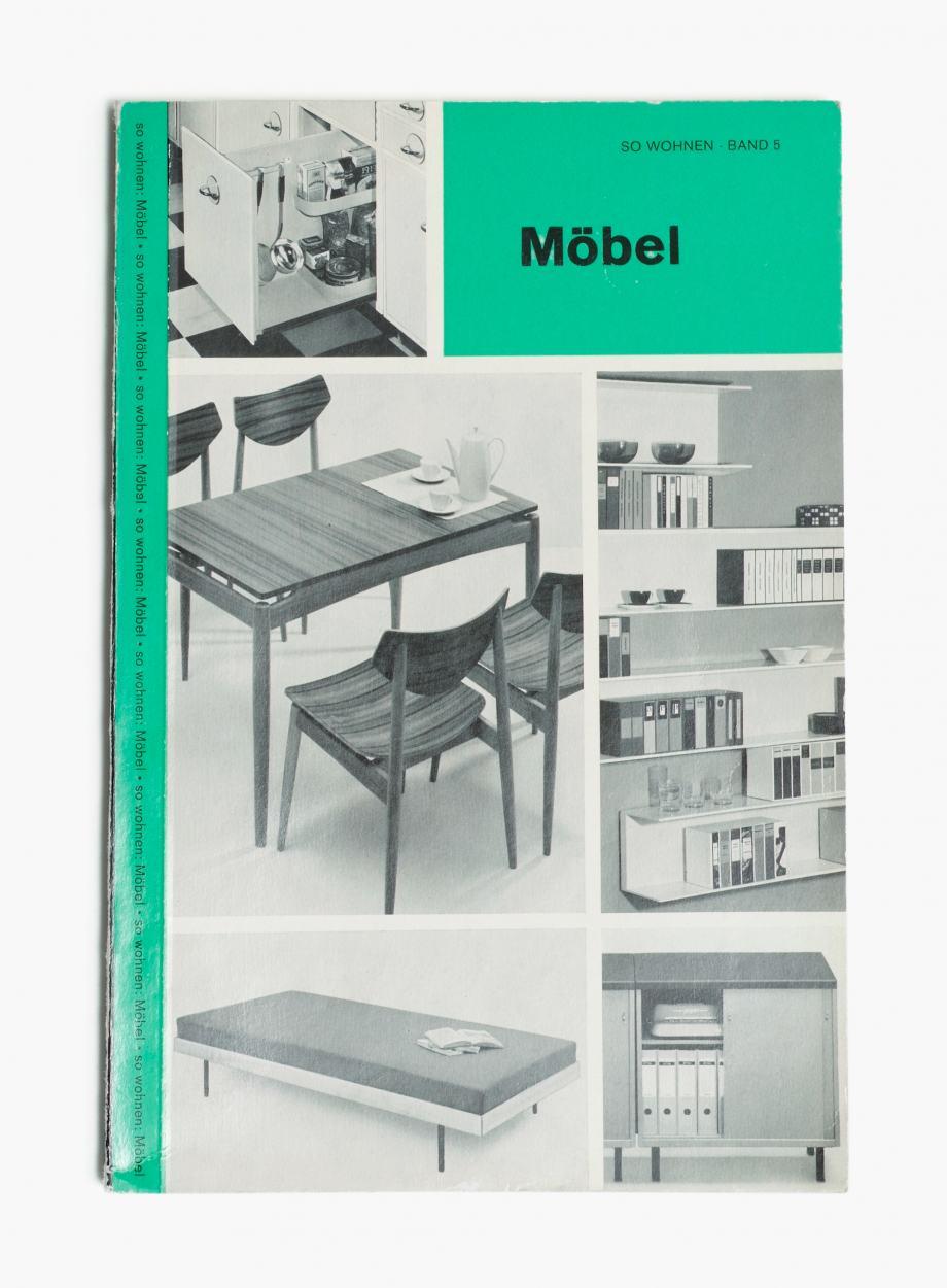 """Sammlungs-Publikation """"So Wohnen"""", Band 5 zum Thema Möbel, Cover mit Schwarzweiß-Fotos und grünen Streifen"""