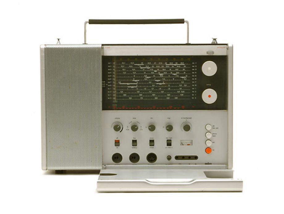 Sammlungsobjekt Radio, silbergrau, mit aufklappbarem Bedienfeld