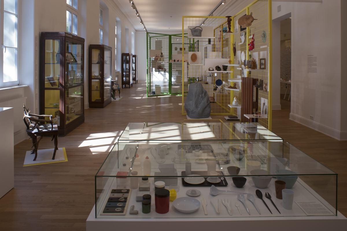 """Ausstellungsansicht """"Böse Dinge"""" des Werkbundarchiv - Museum der Dinge im MKG Hamburg"""