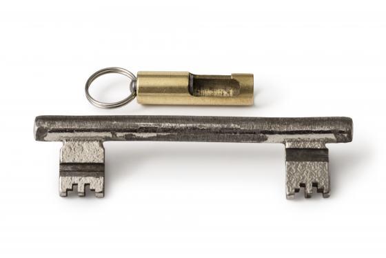 Sammlungsobjekt Berliner Schlüssel, Schlüssel mit Bart auf beiden Seiten, darüber eine goldfarbene kleine Röhre