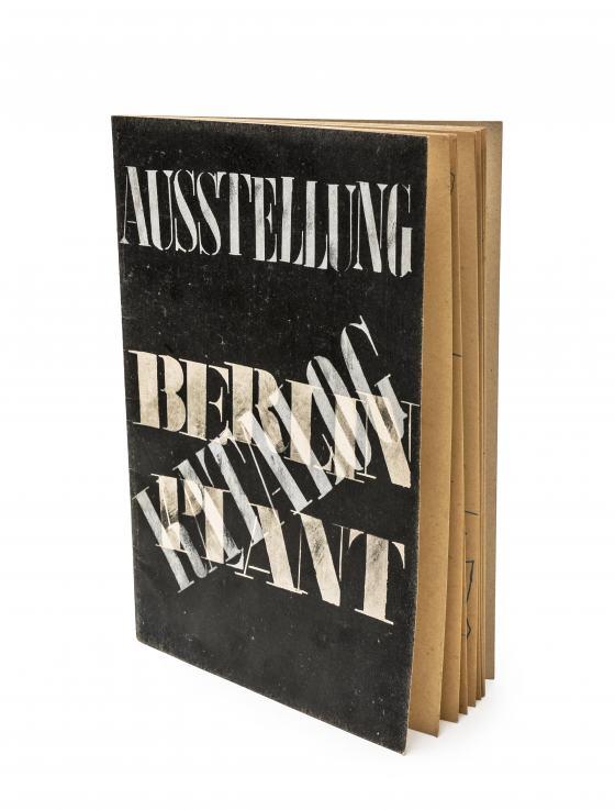 """Katalog der Ausstellung """"Berlin plant"""", schwarzes Cover mit weißer Schrift"""