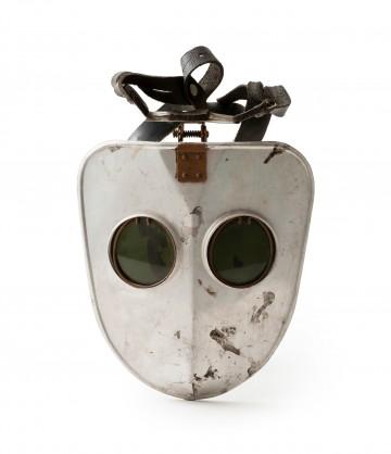 Sammlungsobjekt Schweißmaske, helle Aluminium-Fläche mit runden dunkelgrünen Gläsern für die Sicht, DDR, 1950-64